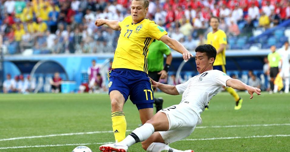 Kim Min-Woo comete pênalti em Viktor Claesson em Suécia x Coreia do Sul