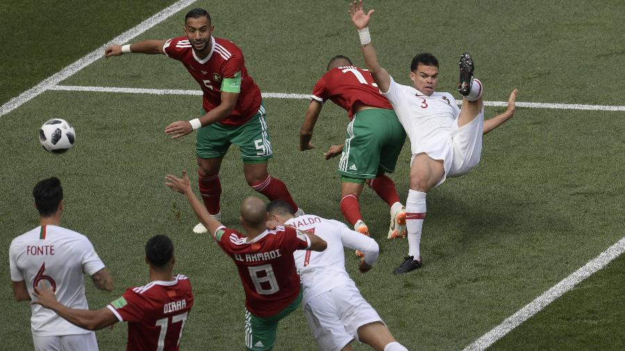 Cristiano Ronaldo cabeceia para marcar primeiro gol; Ao fundo, Pepe se enrola com zagueiro - Juan Mabromata/AFP