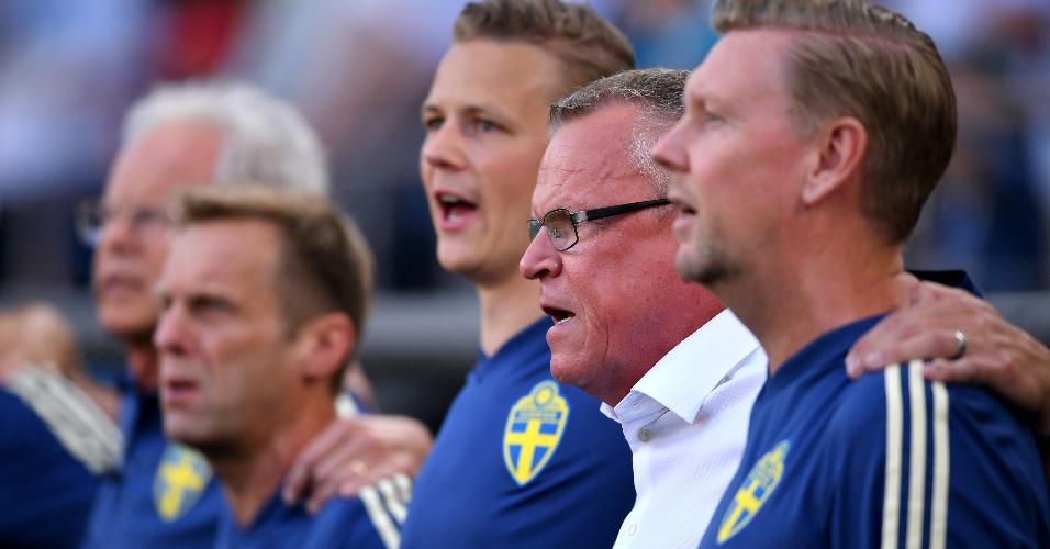 O técnico da Suécia canta o hino do país antes do duelo contra o México