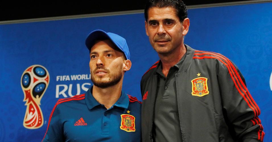 Técnico Fernando Hierroe o meia-atacante David Silva antes de entrevista em Moscou