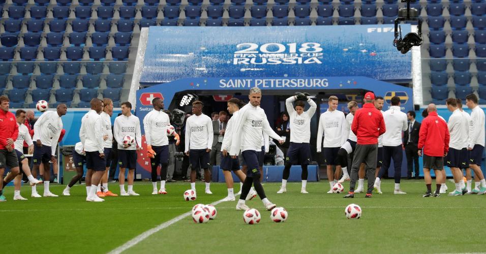 Jogadores da Suíça treinam no estádio de São Petersburgo na véspera de jogo da Copa