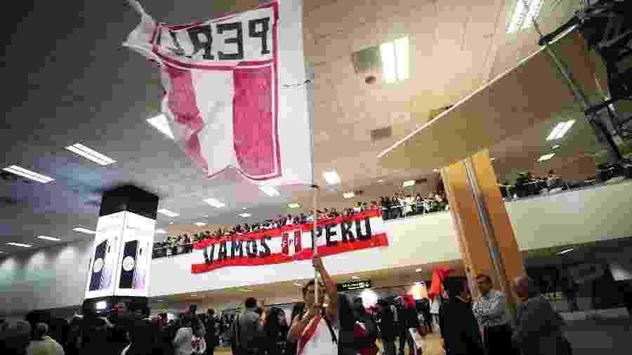 Torcedores esperam por seleção peruana em Lima - Ernesto Arias/EFE