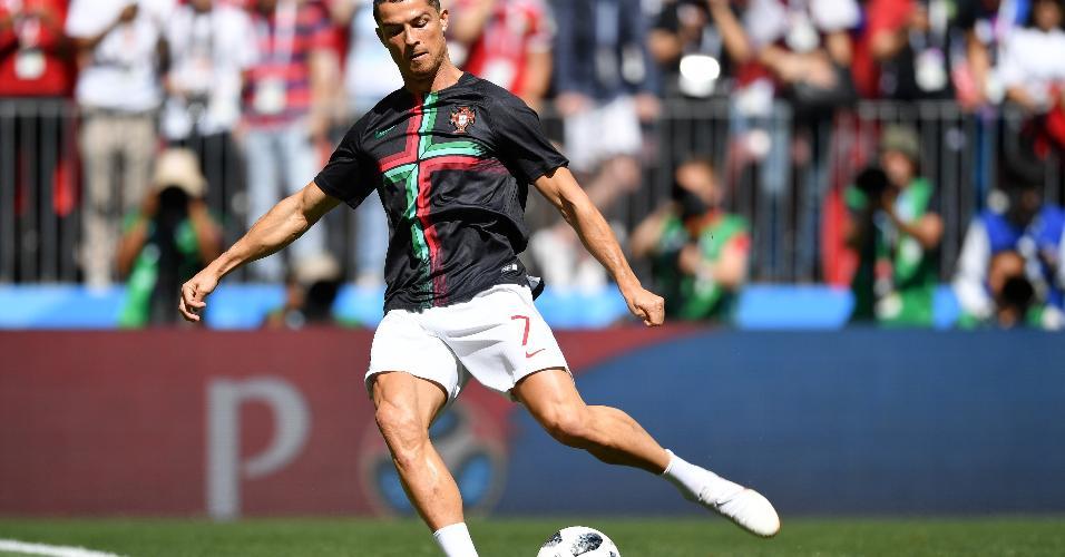 Cristiano Ronaldo aquece antes de Portugal x Marrocos