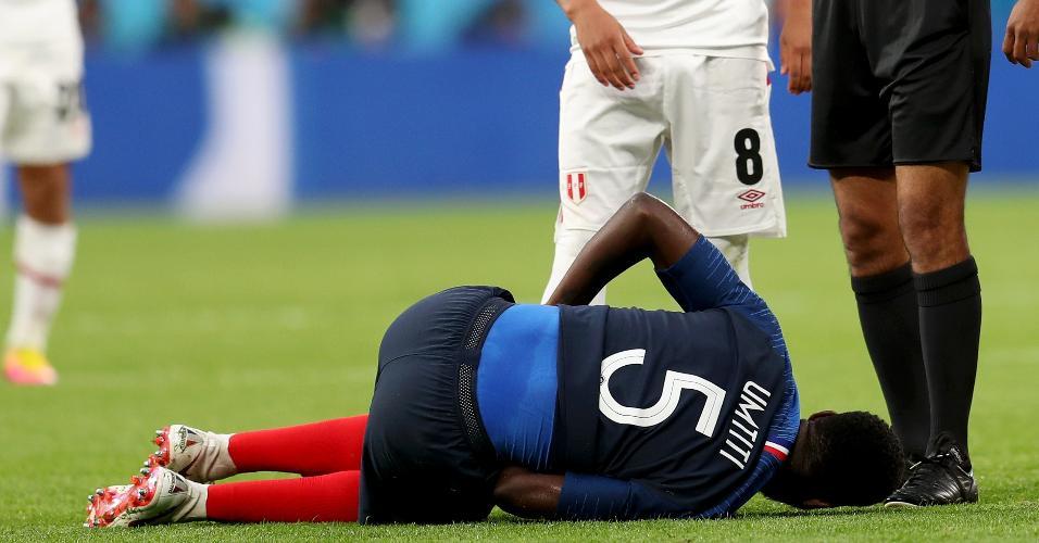 Samuel Umtiti, zagueiro da seleção da França, cai no gramado em jogo contra o Peru