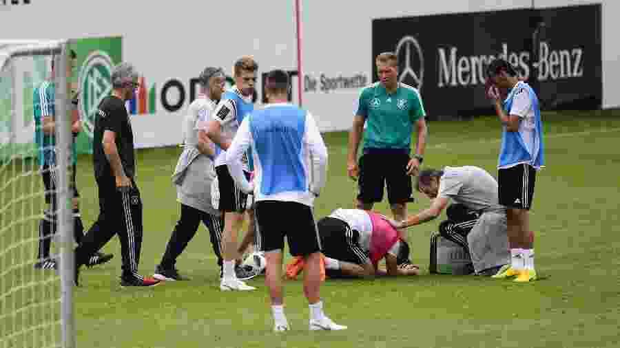 Meio-campista do PSG foi atingido por Leroy Sané, mas seguiu em campo - Miguel Medina/AFP Photo