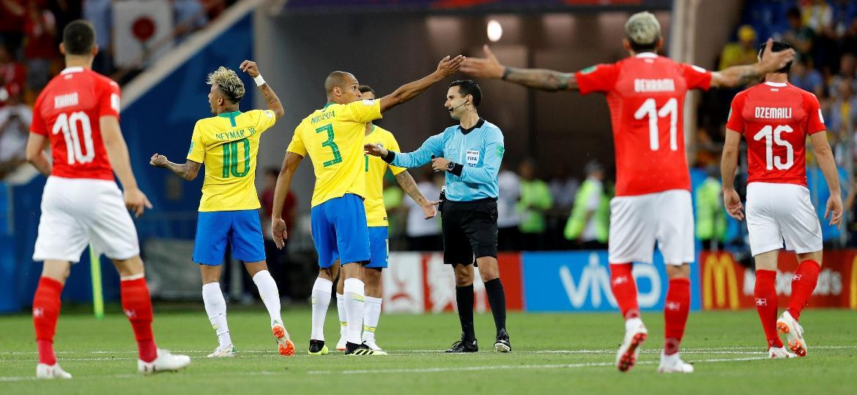 Jogadores reclamam no lance mais polêmico do Brasil; parte da seleção crê que problemas não serão resolvidos e terão de ser superados em campo - Darren Staples/Reuters