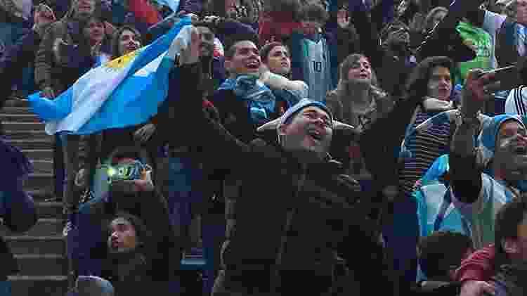 Argentinos fazem festa durante a vitória da seleção do país sobre a Nigéria - Luciana Rosa/UOL - Luciana Rosa/UOL