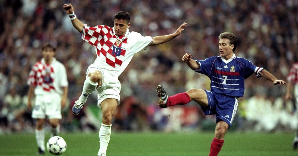 Didier Deschamps (7) briga pela bola com o croata Goran Vlaovic na semifinal de 1998
