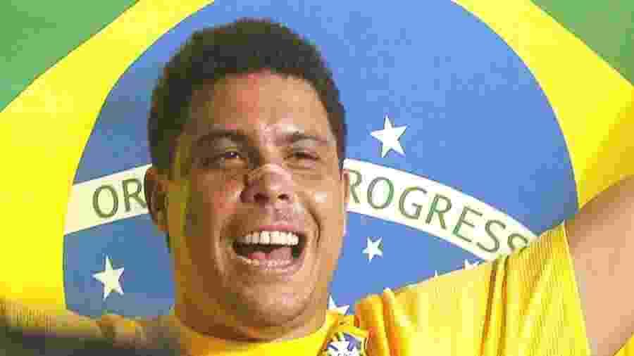 Ronaldo se emociona em sua despedida dos gramados atuando pela seleção brasileira, no Pacaembu - Almeida Rocha/Folhapress