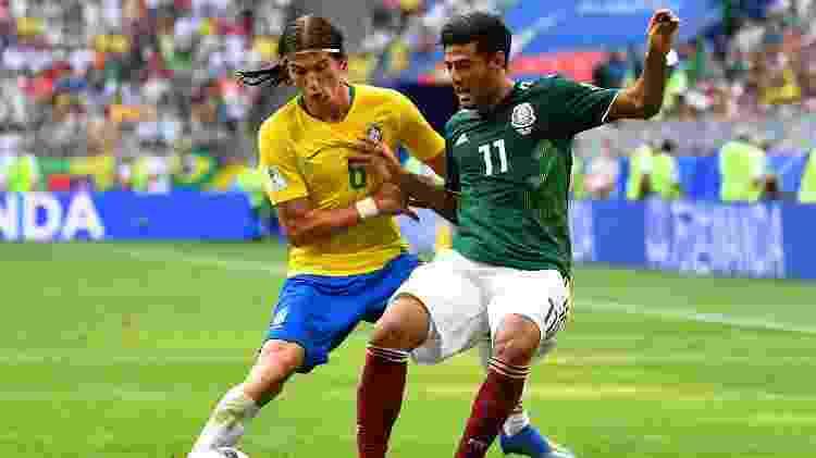 Filipe Luís aperta a marcação em Carlos Vela - REUTERS/Dylan Martinez - REUTERS/Dylan Martinez