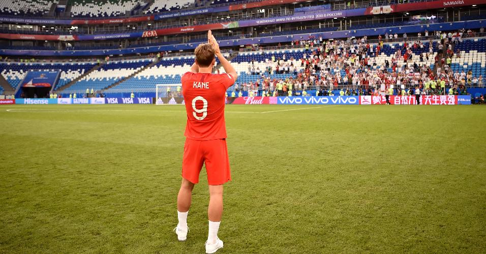 Harry Kane volta ao campo para cumprimentar torcedores após passar para as semifinais da Copa