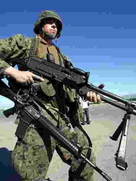 Soldado norte-americano no aeroporto de Port-Au-Prince - AFP PHOTO/YURI CORTEZ