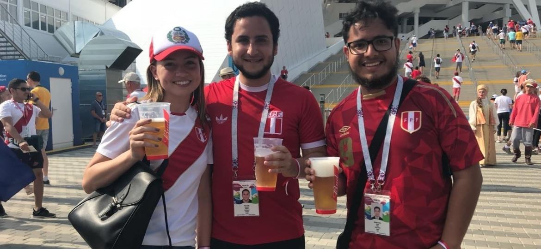 Em Sochi, trio de torcedores peruano festeja o último jogo da seleção na Copa do Mundo com cerveja - Pedro Ivo Almeida/UOL