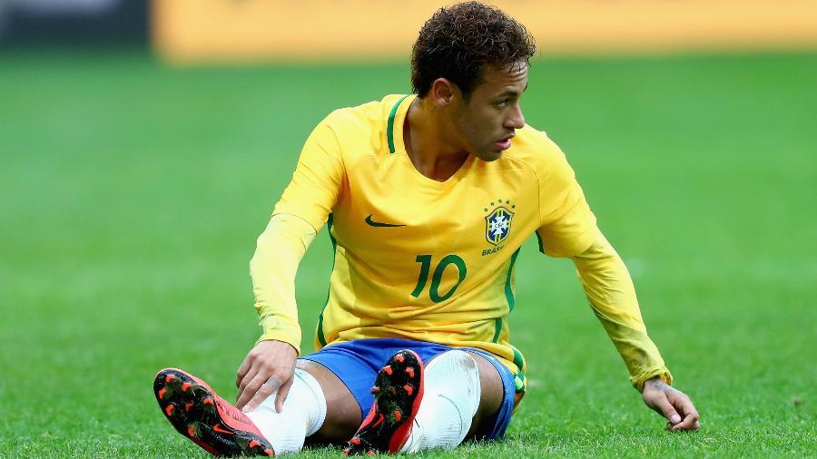 Neymar fica caído em jogo entre Brasil e Japão na França - Clive Rose/Getty Images