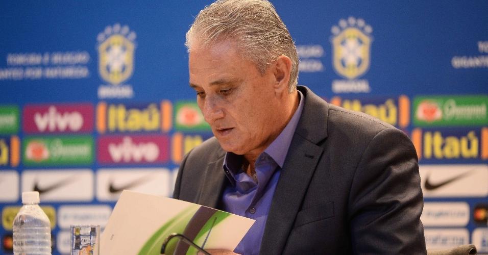 Tite lê a lista de convocados para a seleção brasileira