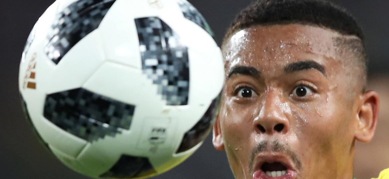Gabriel Jesus encara a bola na partida entre Brasil e Sérvia: atrás do primeiro gol - REUTERS/Carl Recine