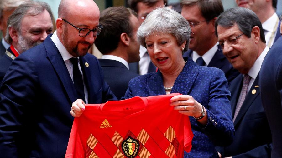 Primeira-ministra britânica ganha camisa rival de premiê belga  - FRANCOIS LENOIR/REUTERS