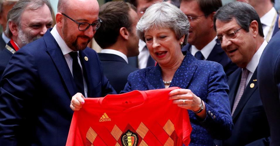 Primeira-ministra britânica ganha camisa rival de premiê belga
