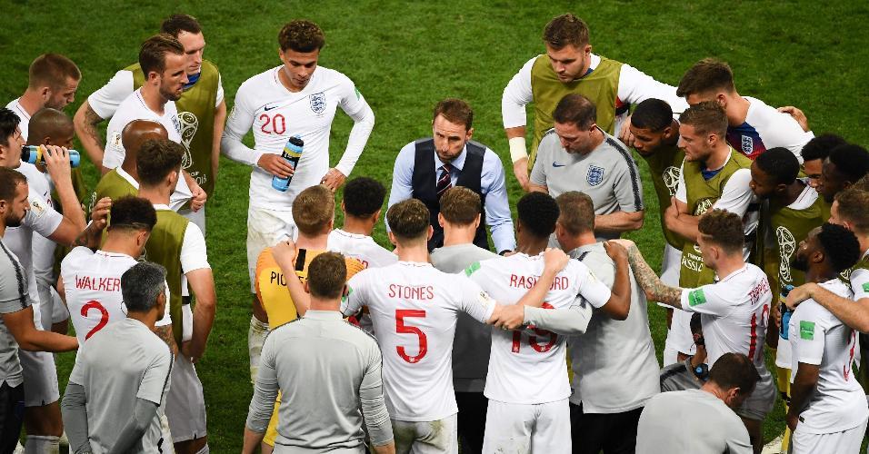 Gareth Southgate conversa com os jogadores da Inglaterra durante semifinal contra a Croácia