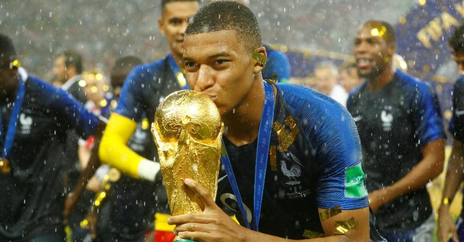 O atacante Mbappé beija o troféu da Copa do Mundo