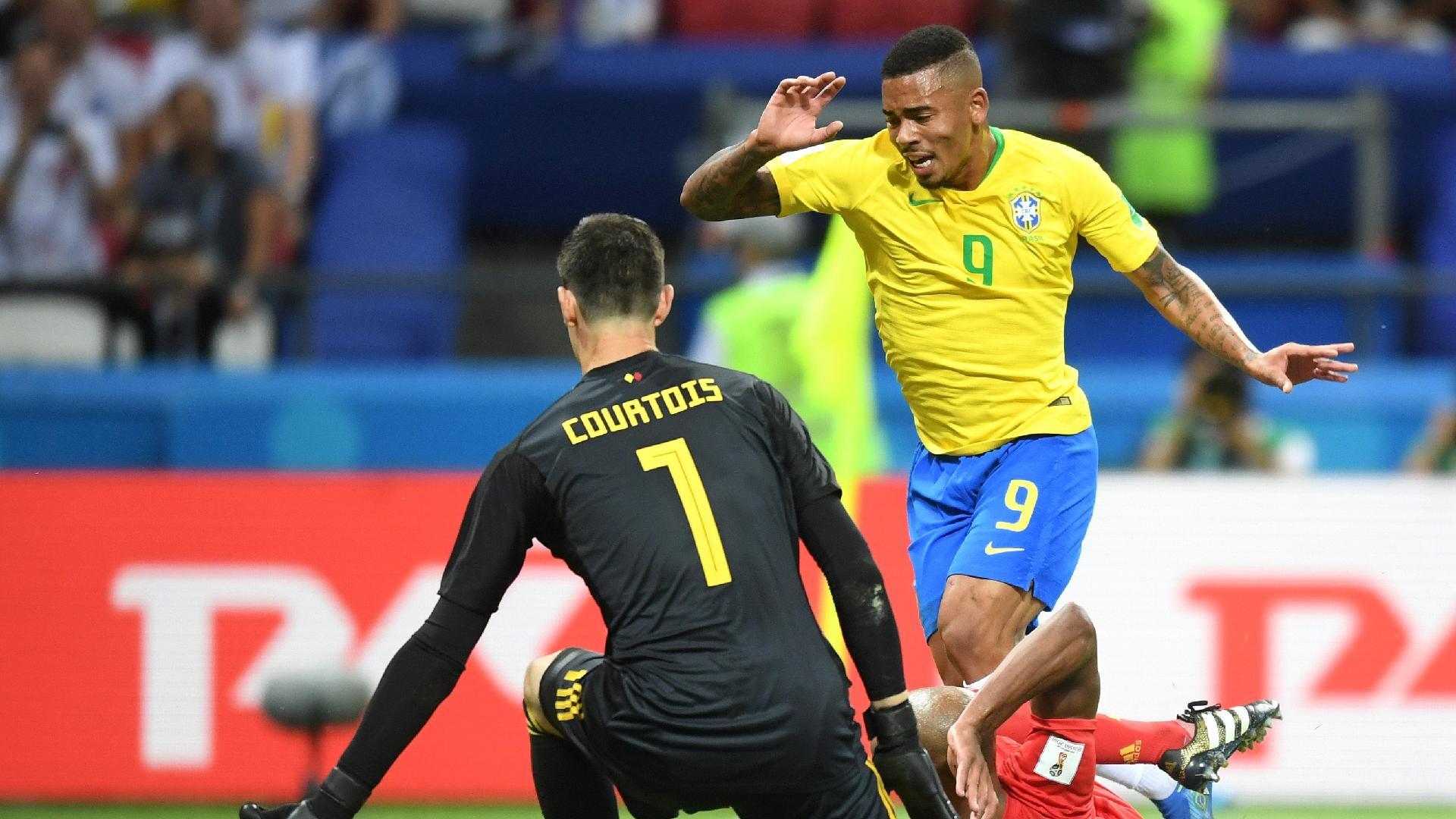 Gabriel Jesus é derrubado por Kompany durante a partida entre Brasil e Bélgica