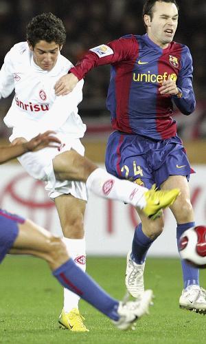 Alexandre Pato arrisca o chute marcado por Puyol e Iniesta, durante a partida entre Inter e Barcelona