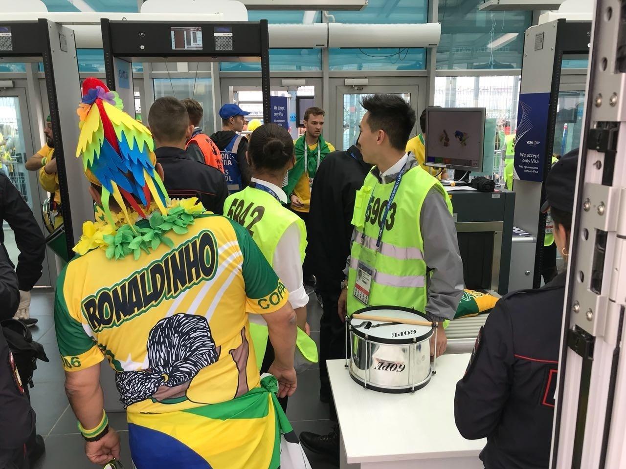 Seguranças barram instrumentos de brasileiros no estádio em São Petersburgo