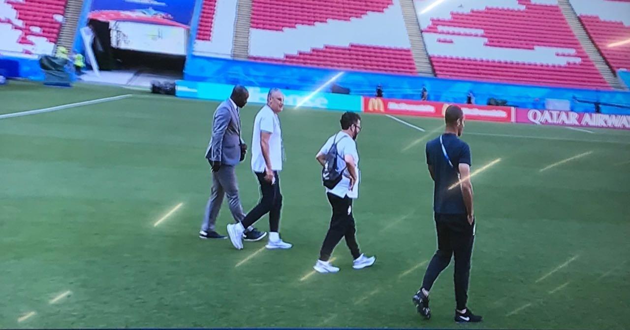 Tite caminha pelo gramado do estádio de Kazan