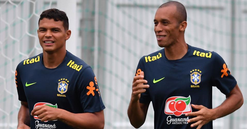 Os zagueiros Miranda e Thiago Silva durante treino do Brasil em Sochi