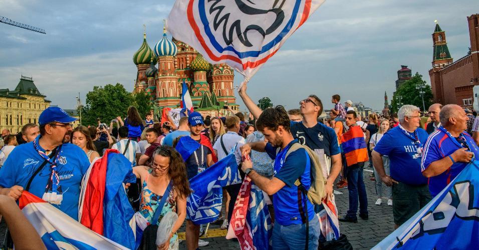 Torcedores da França fazem festa na Praça Vermelha, em Moscou