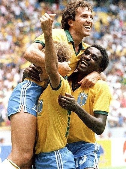 Josimar (dir.), Zico (centro) e Alemão (esq.) se abraçam em jogo da seleção brasileira