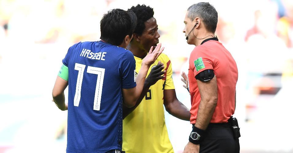 Carlos Sanchez é expulso pelo árbitro Damir Skomina após colocar a mão na bola e fazer pênalti