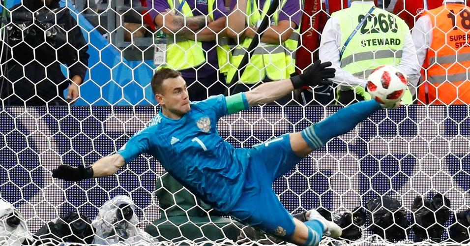 Akinfeev defende pênalti e classifica a Rússia para as quartas