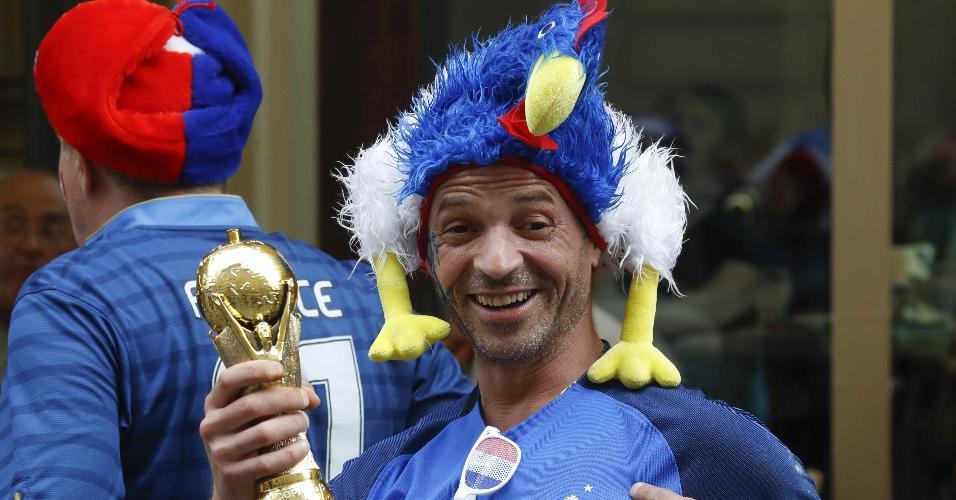 Torcedor francês com miniatura da taça da Copa do Mundo em Moscou