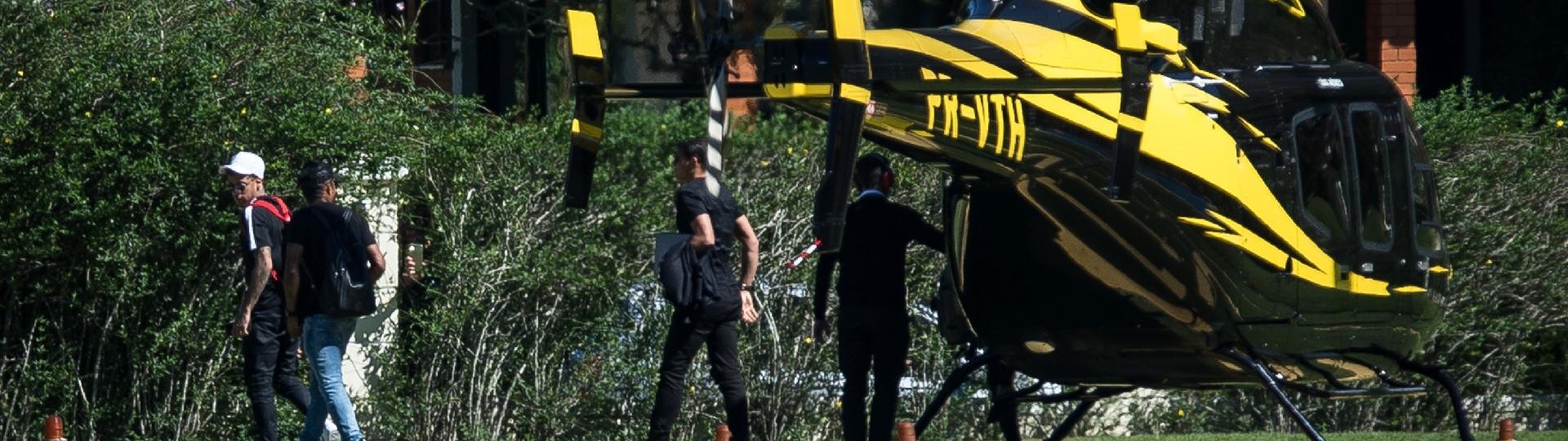 Neymar, Douglas Costa e Thiago Silva chegam de helicóptero à Granja Comary