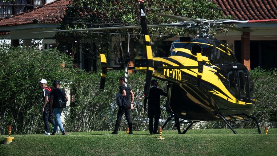 Neymar, Douglas Costa e Thiago Silva chegam de helicóptero à Granja Comary - Pedro Martins / MoWA Press