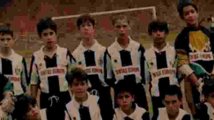Cristiano Ronaldo (em pé, terceiro da direita) foi contratado pelo Madeira aos 12 anos - BBC - BBC