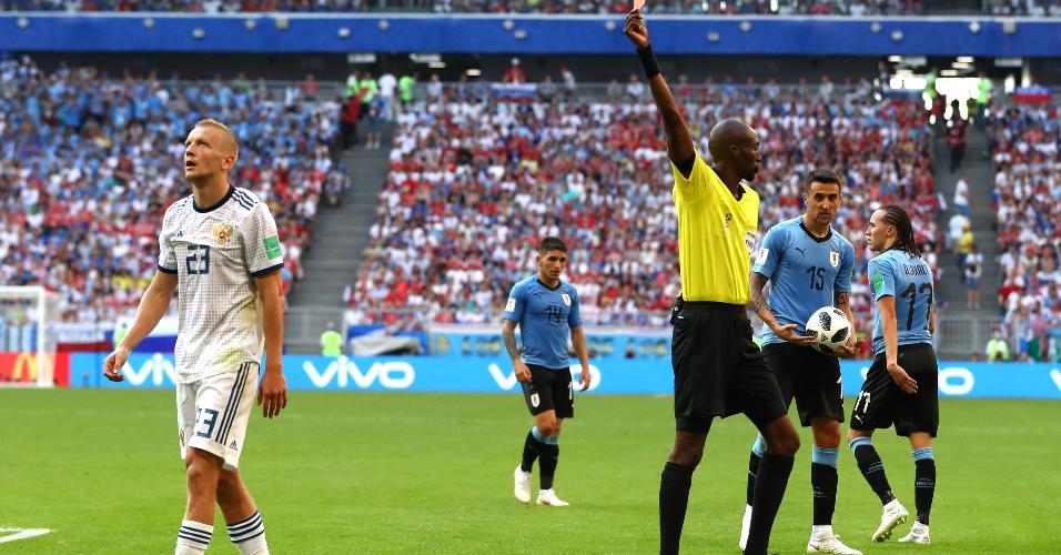 Igor Smolnikov, da Rússia, é expulso da partida contra o Uruguai