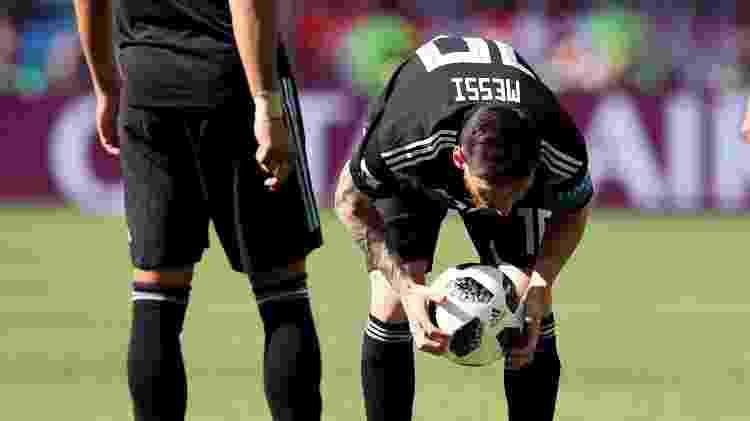Messi e a bola Telstar  - Albert Gea/Reuters - Albert Gea/Reuters