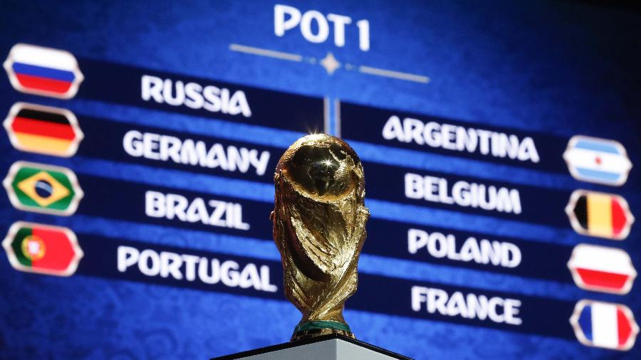 Taça da Copa do Mundo exposta antes do sorteio para o Mundial de 2018, na Rússia - SERGEI KARPUKHIN/Reuters