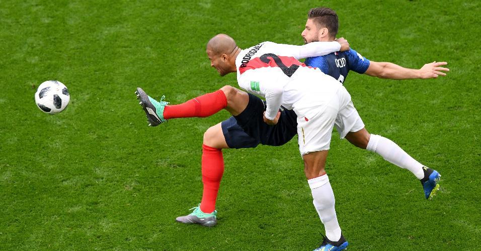 Alberto Rodriguez disputa bola com Olivier Giroud durante França x Peru