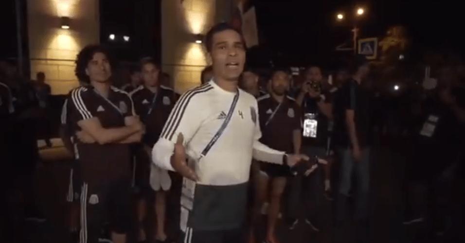 Rafa Márquez discursa para torcedores e pede silêncio para mexicanos poderem dormir