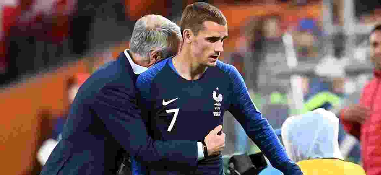 Griezmann deixa o campo de jogo contra Peru abraçado pelo técnico Deschamps - FRANCK FIFE/AFP