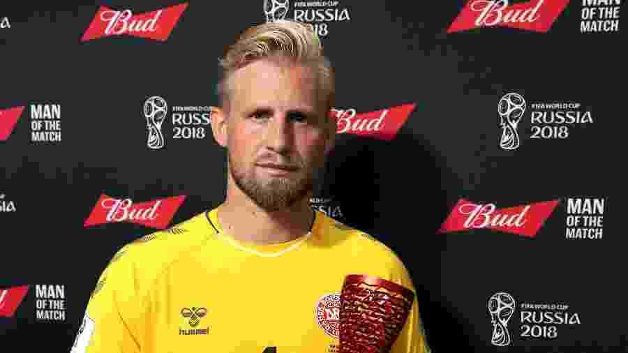 Kasper Schmeichel recebe prêmio de melhor do jogo, nas oitavas contra a Croácia - Patrick Smith/FIFA via Getty Images