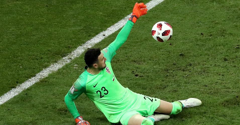 Subasic, goleiro croata, ergue o braço para defender pênalti russo na disputa pela vaga na semifinal