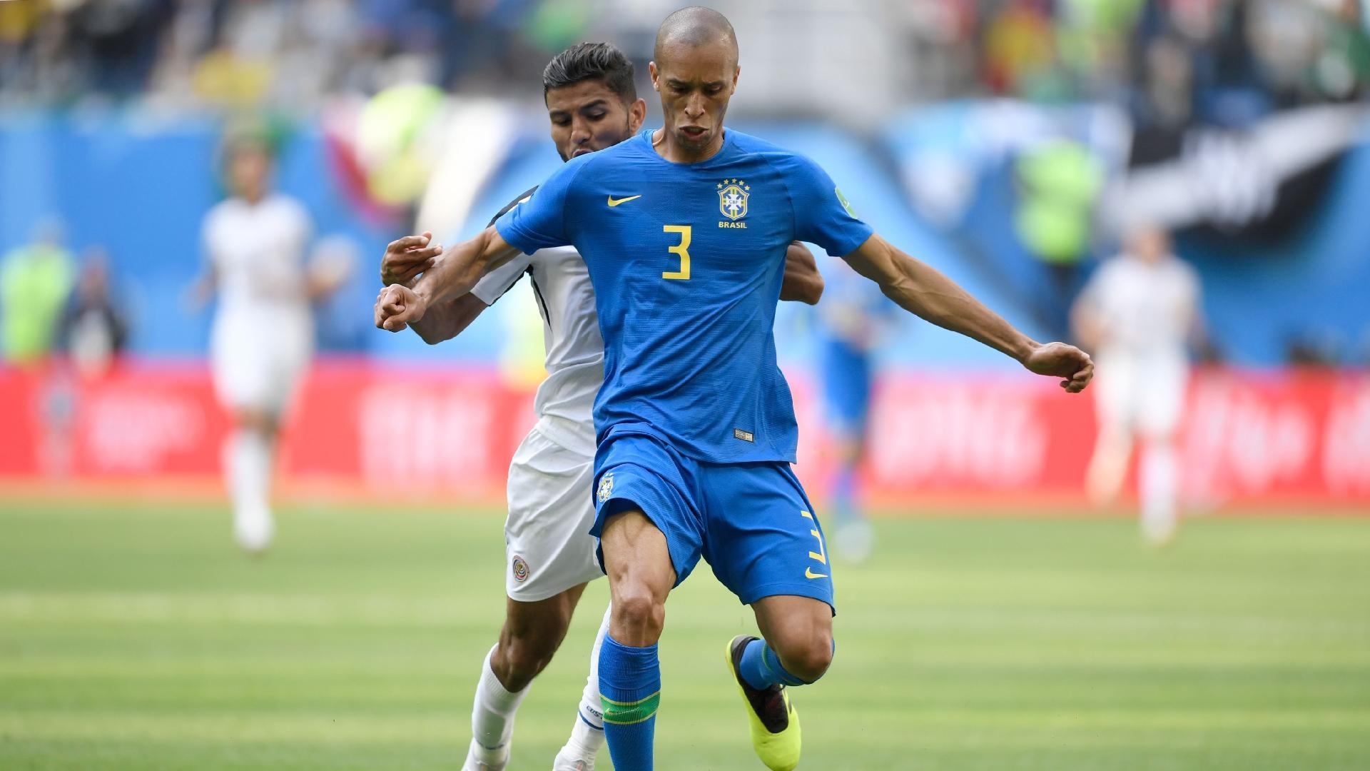 Miranda protege a bola enquanto é marcado por Johan Venegas, durante a partida entre Brasil e Costa Rica