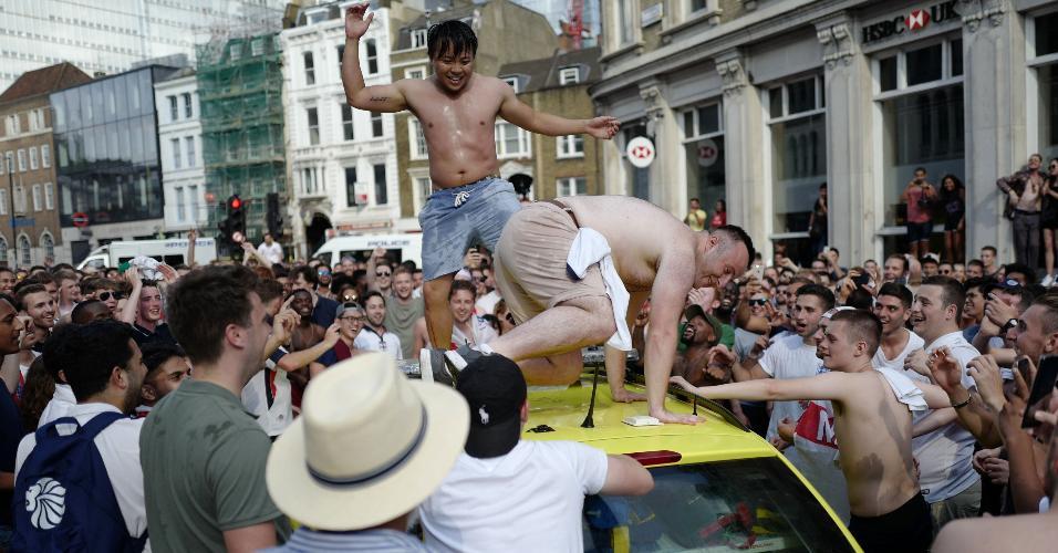 Ambulância do sistema público de saúde inglês depredada durante comemoração da torcida
