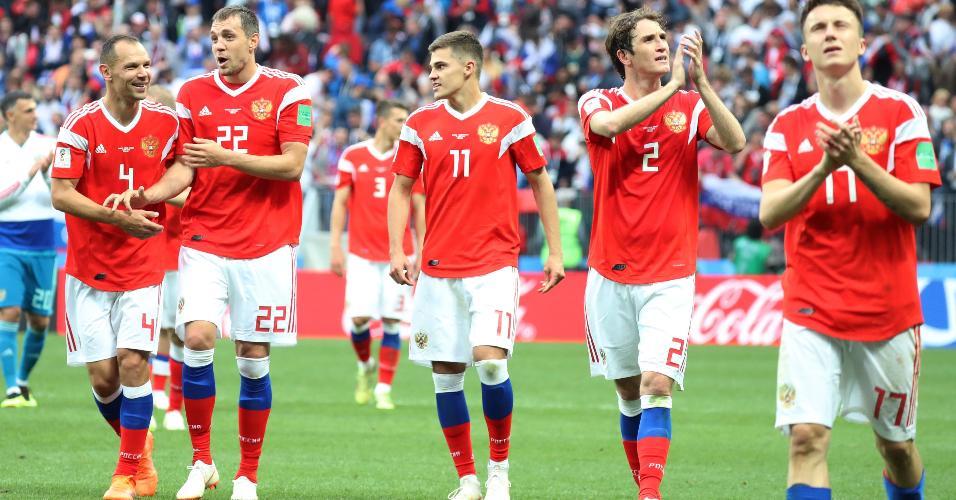 Jogadores da Rússia comemoram goleada sobre Arábia Saudita na abertura da Copa