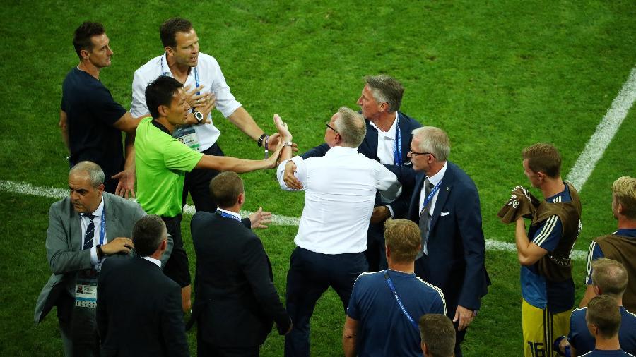 Técnico da Suécia, Janne Andersson discute com Oliver Bierhoff após derrota para a Alemanha - Hannah McKay/Reuters