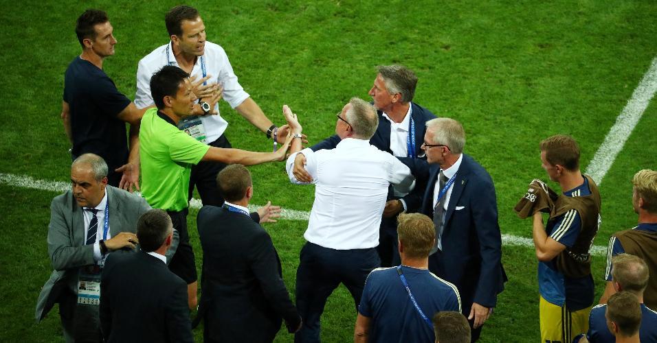 Técnico da Suécia, Janne Andersson discute com Oliver Bierhoff após derrota para a Alemanha